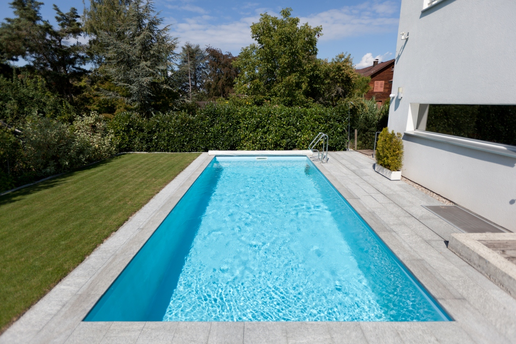 Piscine infinity mini x ou x for Piscine coque blanche